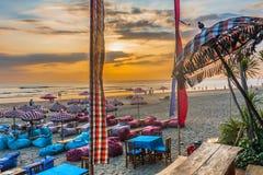 在海滩棒的日落 免版税库存图片