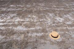 在海滩沙子的一个夏天帽子 图库摄影
