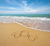 在海滩沙子的凹道汽车 免版税图库摄影