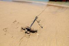在海滩沙子的小船锚停放的旅游业小船的在海岛 免版税库存图片