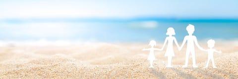 在海滩的家庭天 免版税库存图片