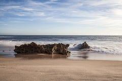 在海滩波浪的海浪的岩石 免版税库存照片