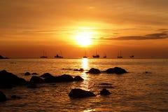 在海滩海岛的金黄日落 库存照片