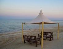 在海滩海岸的帐篷沿波斯湾在卡塔尔 图库摄影