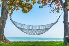 在海滩海的吊床 免版税库存照片