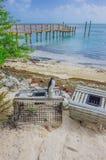 在海滩由码头和海的条板箱在基韦斯特岛,佛罗里达,美国附近 免版税库存图片