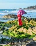 在海滩的一个亚洲妇女身分 免版税库存照片