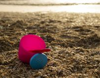 在海滩的一个桃红色桶 免版税库存照片