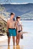 在海滩的一对新夫妇 免版税库存照片