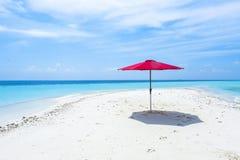 在海滩的一把红色伞马尔代夫 免版税库存照片