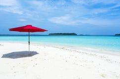 在海滩的一把红色伞马尔代夫 库存图片