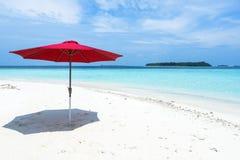 在海滩的一把红色伞马尔代夫 库存照片