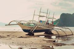 在海滩的一条小船 库存图片
