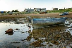 在海滩的一条老被放弃的小船 免版税图库摄影