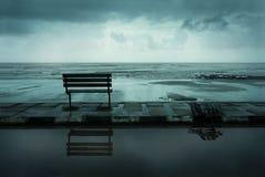 在海滩的一条长凳 免版税库存照片