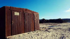 在海滩的一点木洗手间客舱 库存照片