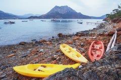 在海滩的三条小船和小船在海在背景中 库存图片