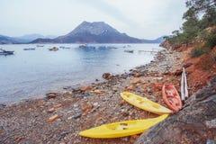 在海滩的三条小船和小船在海在背景中 免版税库存照片