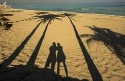 在海滩的两个剪影 免版税库存照片