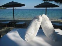 在海滩的两个枕头 免版税库存图片