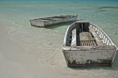 在海滩的两条被风化的划艇 库存图片