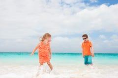 在海滩的二个孩子 库存图片
