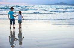 在海滩的二个孩子 库存照片