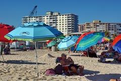 在海滩的五颜六色的伞在劳德代尔堡 免版税库存图片