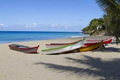 在海滩的五颜六色的小船 库存照片