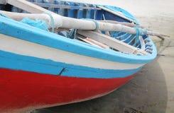 在海滩的五颜六色的小船 库存图片