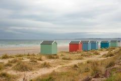 在海滩的五颜六色的木小屋在Findhorn,海鳗峡湾, Scot 库存照片