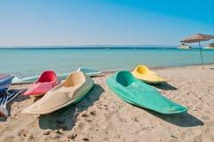 在海滩的五颜六色的独木舟 免版税库存图片