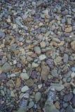 在海滩的五颜六色的石头 免版税库存图片