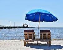 在海滩的五颜六色的蓝色伞 库存照片