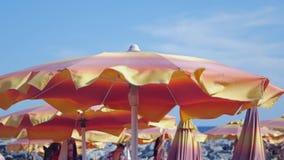 在海滩的伞 股票录像