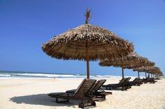 在海滩的伞 免版税库存图片