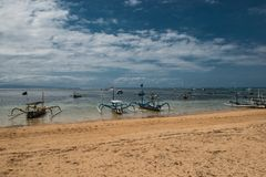 在海滩的传统巴厘语蜻蜓小船 在萨努尔海滩,巴厘岛,印度尼西亚,亚洲的Jukung渔船 免版税库存照片