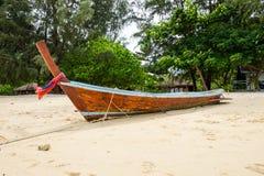 在海滩的传统泰国小船,省Krabi,泰国 免版税库存图片