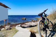 在海滩的体育自行车 图库摄影