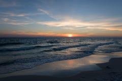 在海滩的侈奢的日落 免版税库存图片