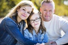 在海滩的偶然年轻家庭 免版税库存图片