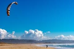 在海滩的冰鞋海浪 免版税库存照片