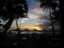 在海滩的剧烈的日落 免版税图库摄影