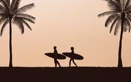 在海滩的剪影夫妇冲浪者运载的冲浪板在日落在平的象设计的天空背景下 库存例证