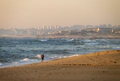 在海滩的半裸体的人奔跑 免版税库存图片