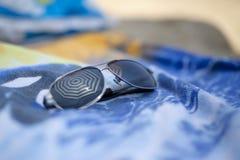 在海滩的反射的太阳镜 库存图片
