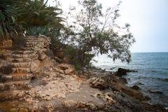 在海滩的台阶在马略卡在西班牙 免版税库存图片