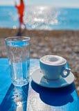 在海滩的咖啡时间 免版税库存照片