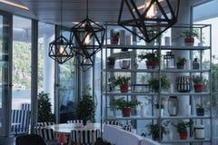 在海滩的咖啡馆里面与美丽的枝形吊灯 免版税库存照片