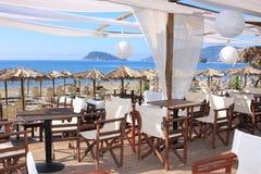 在海滩的咖啡馆 免版税库存照片